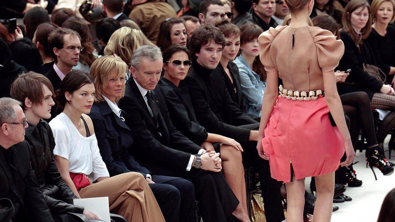 LVMH-aktien er en af de interessante aktier, som porteføljeforvalteren vil fremhæve. I hvidt ses den amerikanske model Milla Jovovich sammen med Helene Arnault, der er CEO hos LVMH sammen med Bernard Arnault, den franske skuespillerinde Virginie Ledoyen, Antoine Arnault, skuespillerinden Louise Bourgoin, sammen med Cecile Cassel under et modeshow.