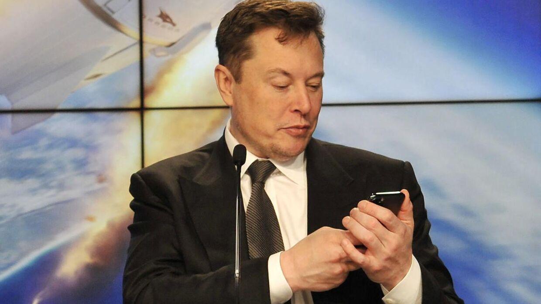 Her ses Elon Musk, der står i spidsen for Tesla.
