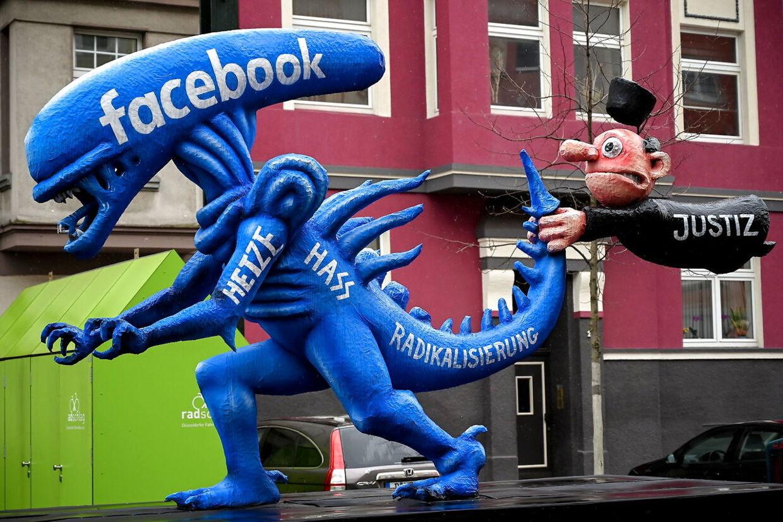 En dommer der symboliserer »retfærdighed«, forsøger at stoppe hadudtalelse på Facebook, formet som monsteret fra filmen 'Alien'. Rose Monday-parade i Düsseldorf, Tyskland, den 24. februar 2020.