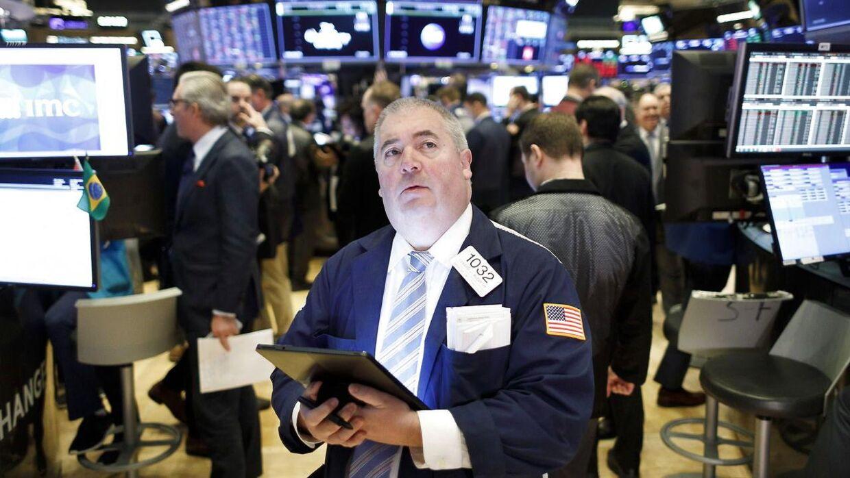 Her ses en børshandler på NYSE. Aktierne fortsætter med at falde verden over i takt med, at investorer forsøger at forstå konsekvenserne af COVID-19.