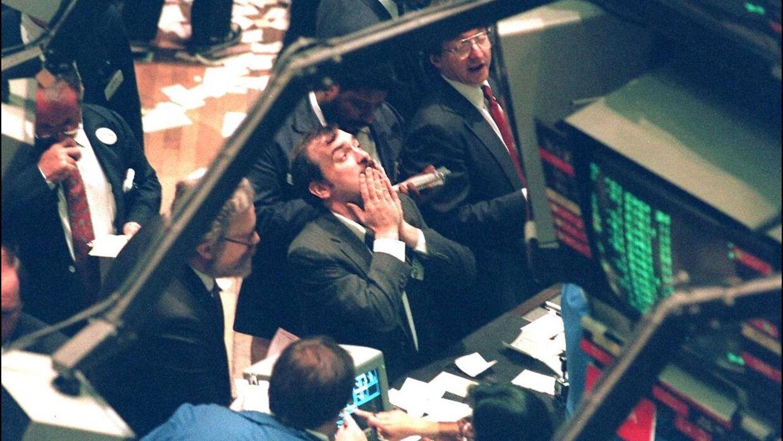 Her ses børsmæglere hos NYSE efter luk 19. oktober 1987, hvor Dow Jones-indekset oplevedet et massivt fald.