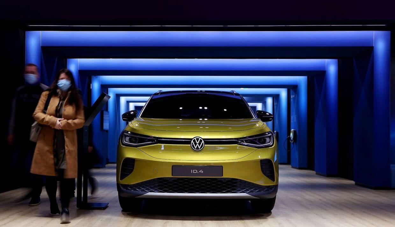 Her ses besøgende ved siden af Volkswagens elbil (VW) ID.4 under en udstiling i Wolfsburg 26. oktober 2020. (Photo by Ronny Hartmann / AFP)