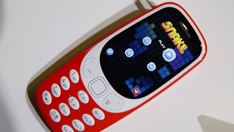 Her ses Nokias ikoniske Nokia 3310-mobiltelefon udstillet på 'Mobile World Congress' i Barcelona i Spain 27. februar 2017.