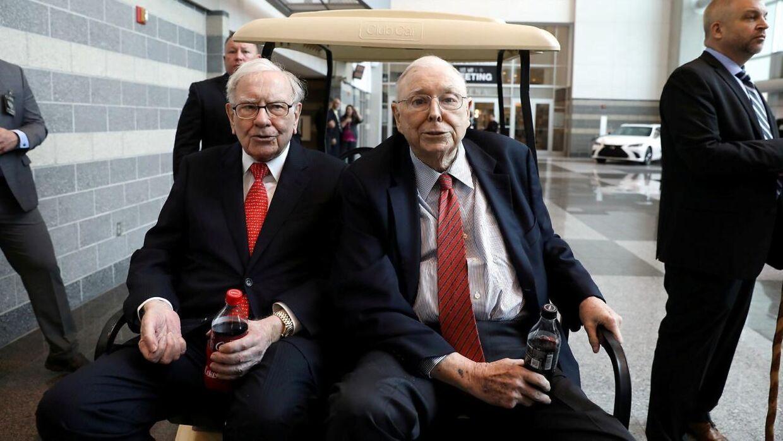 Her ses Oraklet fra Omaha, som Warren Buffett (t.v.) også bliver kaldt. Han står sammen med sin højre hånd - Charlie Munger (t.h.) - i spidsen for investeringsselskabet Berkshire Hathaway.