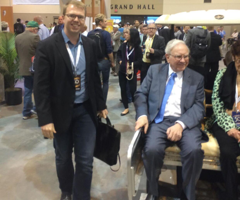Her ses Johannes Møller, da han i 2017 under et aktionærmøde hos Berkshire Hathaway, mødte den verdenskendte investor, Warren Buffett .