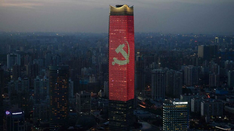 Her ses det kinesisk kommunistpartis logo på toppen af en skyskraber i Shanghai 31. august 2021